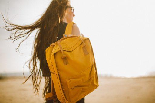 mochila de cuero amarilla